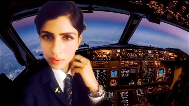 Nhan sắc như hoa hậu của dàn nữ phi công nổi tiếng