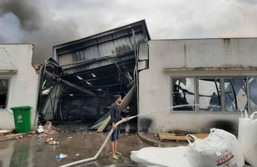 Cháy dữ dội công ty mút xốp trong khu công nghiệp ở Bình Dương