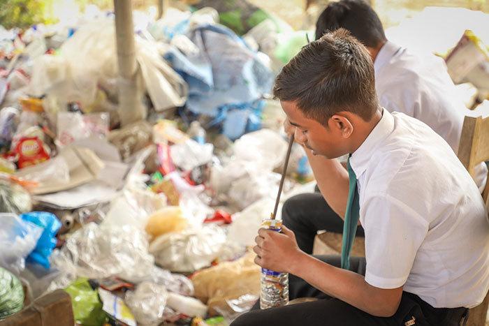 Ngôi trường đặc biệt, thu học phí bằng rác, đi học được trả công