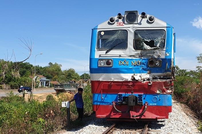 Tàu SE2 tông văng xe tải 10m ở Quảng Nam, tài xế tử vong