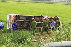 Xe buýt lật nhào xuống ruộng ở Nghệ An, người phụ nữ tử vong tại chỗ