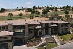 Biệt thự triệu đô ở Mỹ không kém khách sạn của vợ chồng Đan Trường