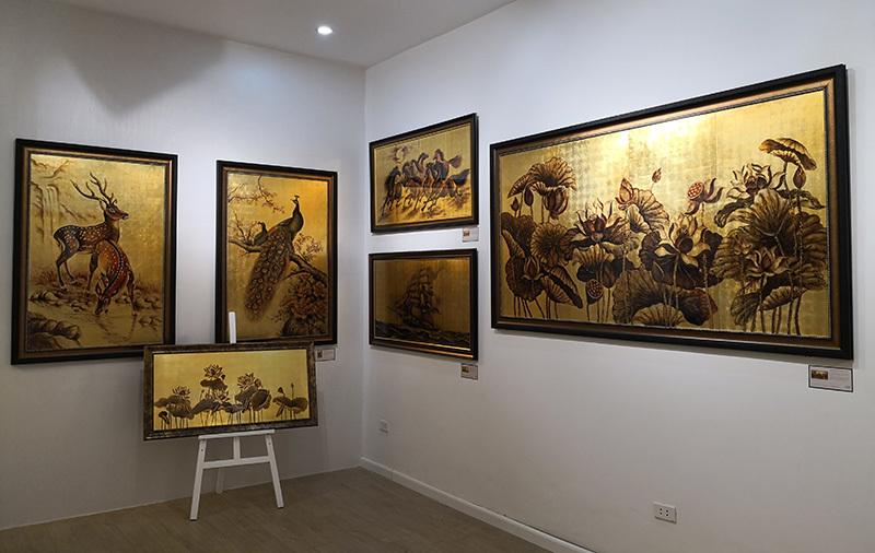 Ngắm phòng tranh dát vàng lần đầu ở Hà Nội