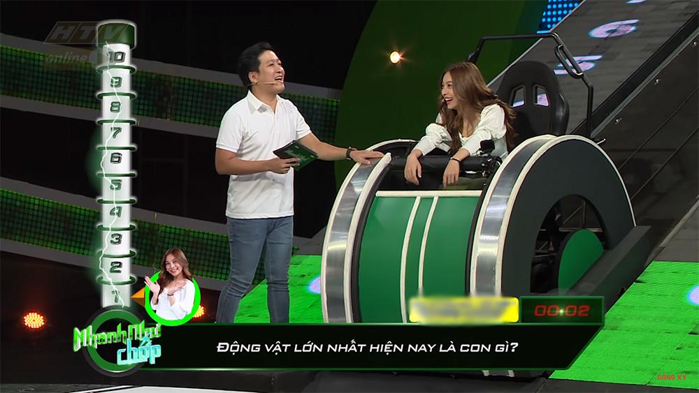 Hari Won cười trừ khi bị Trường Giang 'chặt chém' vì phát âm kém