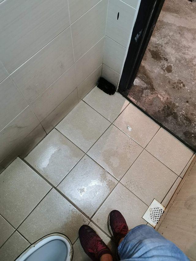 Sốc khi phát hiện camera quay lén giấu kín trong bàn chải cọ toilet