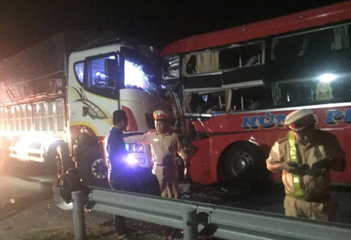 Xe khách đối đầu ô tô tải ở Đà Nẵng, 1 người chết, 12 người bị thương
