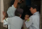 """Phát hoảng vì đột ngột bị """"nhốt"""" trong thang máy chung cư"""