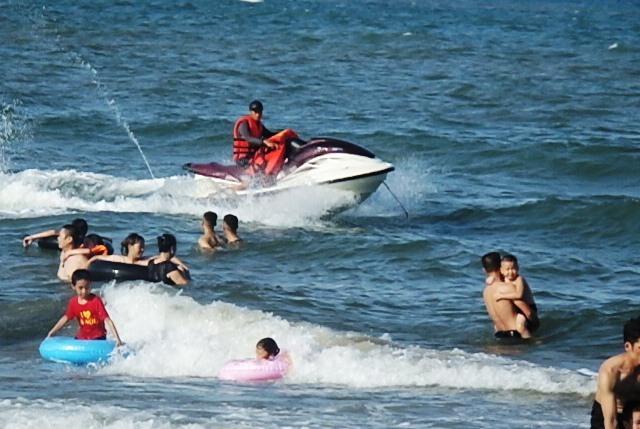 Ca nô chồm lên đầu du khách tắm biển Thanh Hóa