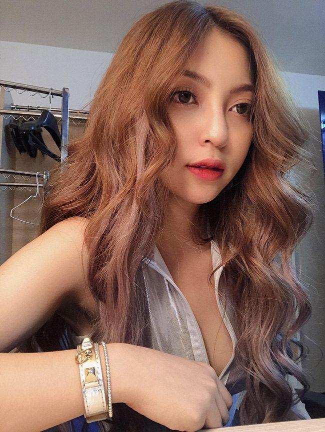 Những lần bạn gái ca sĩ của Quang Hải bị chê thiếu kiến thức, mặc hớ hênh