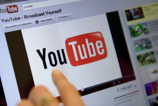 Một nửa tiền quảng cáo trên YouTube từ clip nội dung xấu độc, nhảm nhí