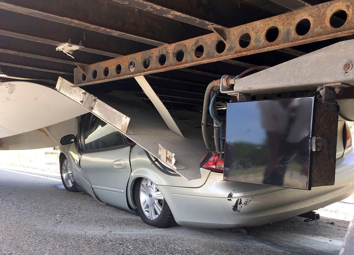 Ô tô bẹp rúm dưới gầm xe tải, tài xế thoát chết thần kỳ