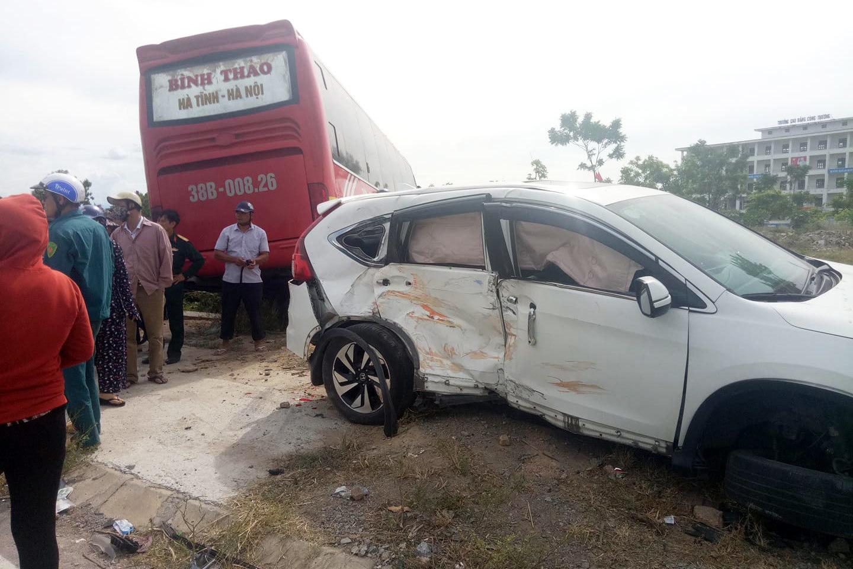 Xe khách ở Hà Tĩnh lùa CRV lên vỉa hè, 2 người bị thương