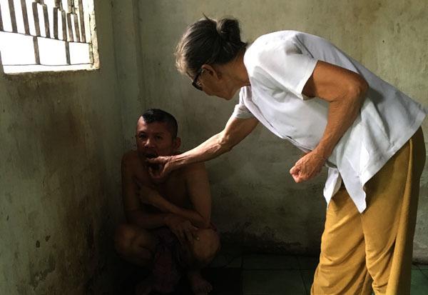 20 năm, người mẹ nghèo nuốt nước mắt xích con vào góc tường