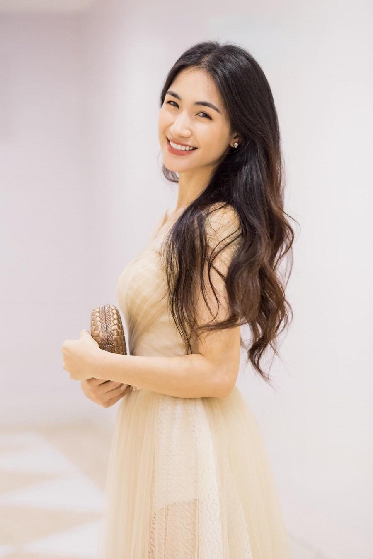 Hồ Ngọc Hà tiễn Subeo về nước dự đám cưới Cường Đô La