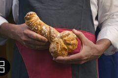 Bánh mỳ hình 'của quý' hút khách nườm nượp