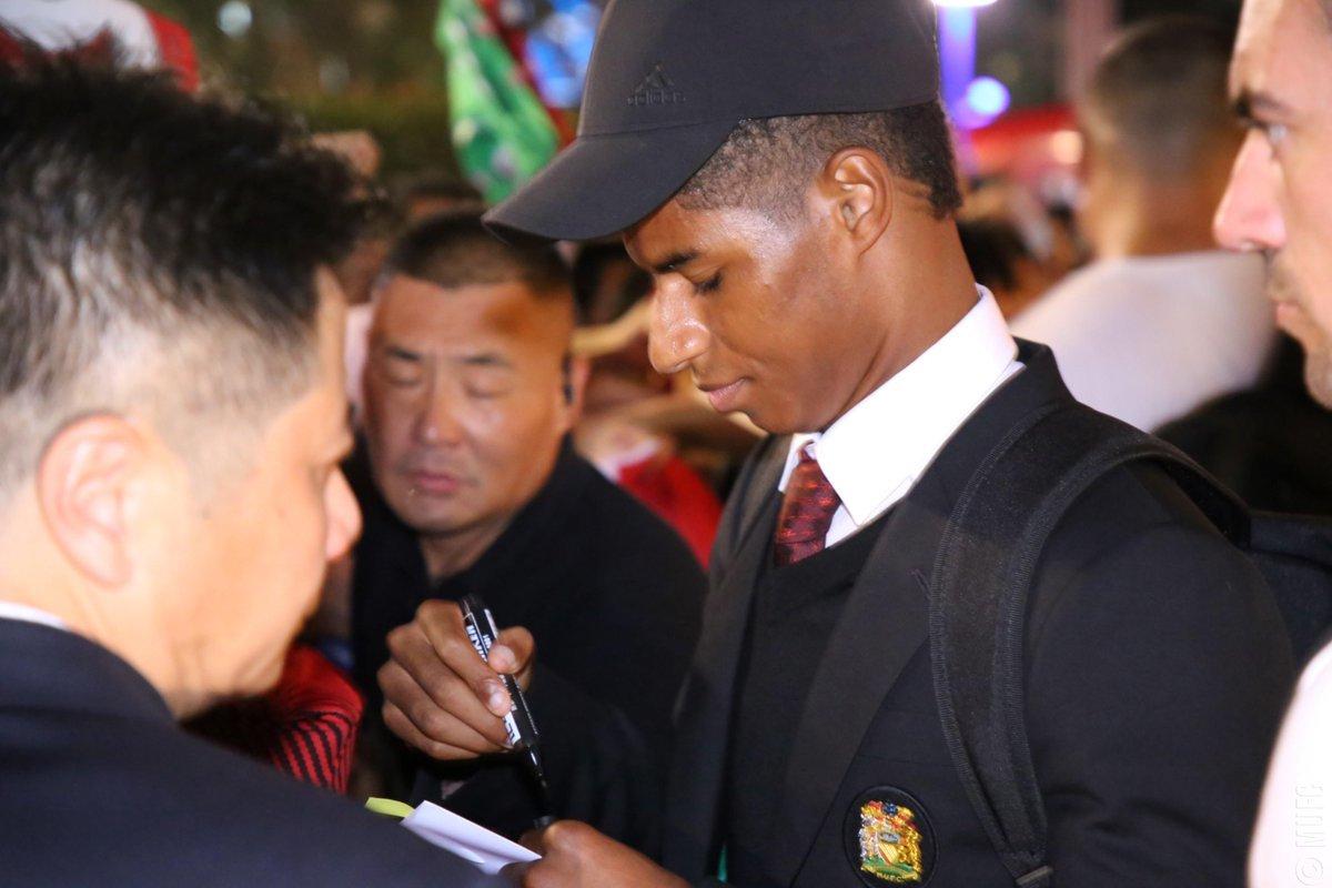 MU đổ bộ Trung Quốc, thân thiện fan trái ngược Man City