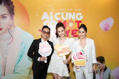 Khánh Thi cùng chồng trẻ Phan Hiển đến mừng học trò ra MV
