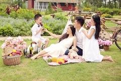 Minh Hương 'Vàng Anh' kỷ niệm 9 năm ngày cưới bên chồng con