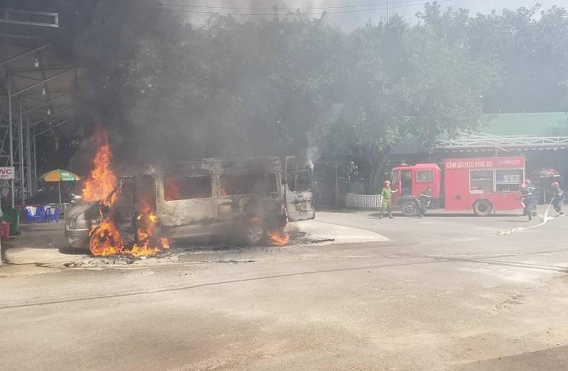 Xe khách 16 chỗ bốc cháy dữ dội tại trạm dừng chân ở Đồng Nai