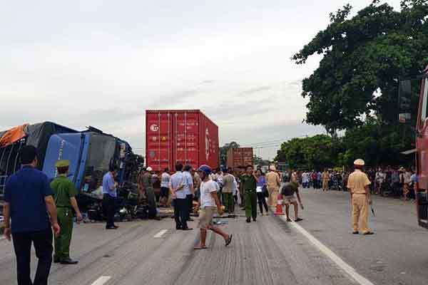 Xe tải đè chết 5 người, không có cầu vượt đành băng qua quốc lộ 5