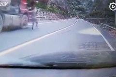 Thấy xe tải tự lao phăng phăng, người qua đường đu lên cabin ngăn tai nạn
