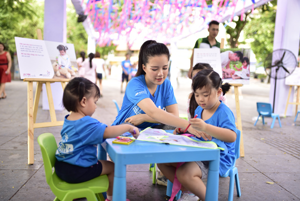 Trẻ vẽ ước mơ, 'xây' thành phố bằng đồ tái chế