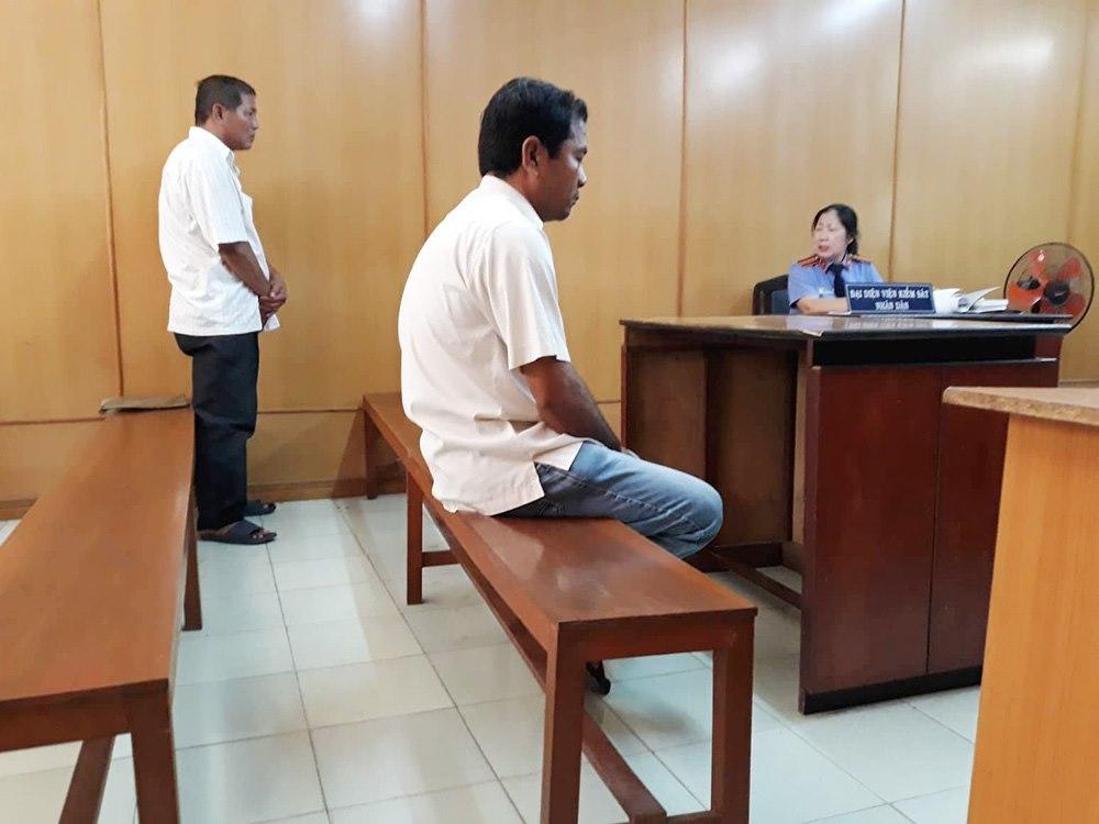 Mẹ già buốt ruột nhìn 2 con trai 'đại chiến' giữa tòa