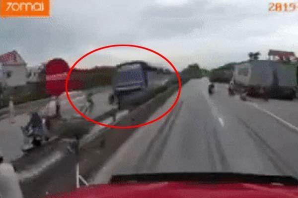 Clip cận cảnh giây phút xe tải đâm vào dòng người đợi sang đường khiến 5 người chết tại chỗ