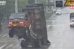 Vướng cáp viễn thông, xe tải bốc đầu như ngựa chồm