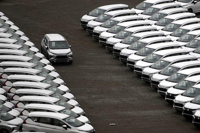 Hàng ngoại về ồ ạt, nội địa dư thừa lắp ráp, ô tô giảm giá tận cùng