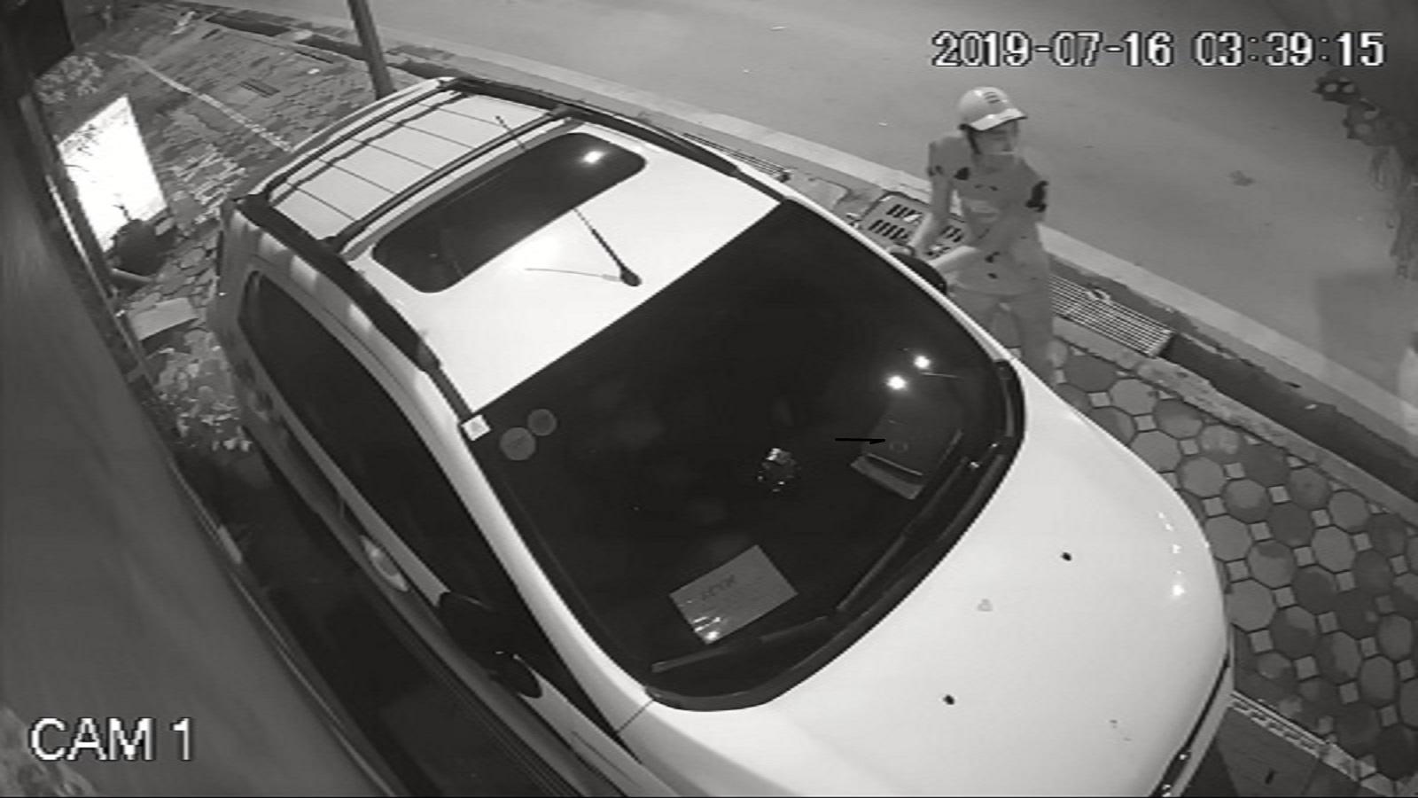 Hà Nội: Siêu trộm vặt gương ô tô Ford chưa đến 10 giây