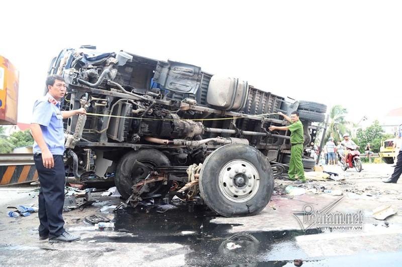 Xe tải lật đè chết 5 người ở Hải Dương, sao xe CSGT lại đậu giữa đường?