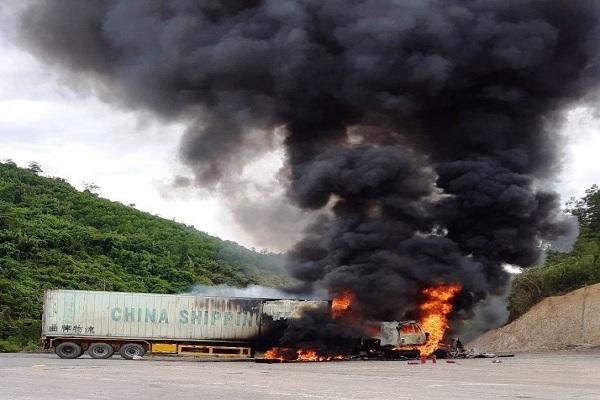 Xe container cháy ngùn ngụt cạnh cây xăng ở Quảng Bình