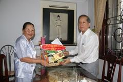 Chủ tịch TT-Huế tặng quà 7 gia đình thương binh liệt sĩ