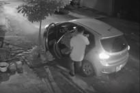 Clip: Bất ngờ trước hành động xấu xí lúc rạng sáng của người đàn ông đi ô tô sang chảnh