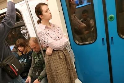 Yêu cầu nhường ghế trên tàu điện bị từ chối, cô gái tụt váy khiến hành khách kinh hãi