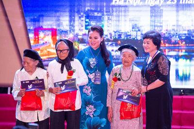 Trao quà, tặng sổ tiết kiệm cho bà mẹ Việt Nam anh hùng