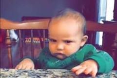 Phản ứng bất ngờ của em bé khi bị phun nước vào mặt