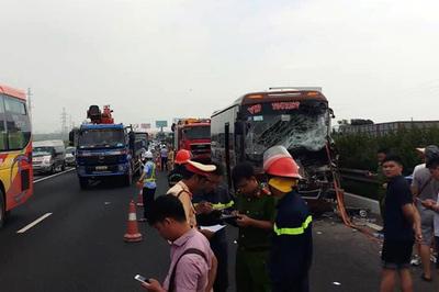 Phá cửa cứu 4 người bị mắc kẹt trên xe tai nạn ở cao tốc Pháp Vân