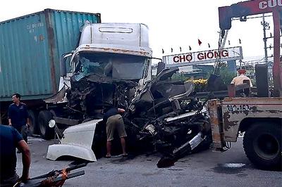 Xe container nát đầu gần vụ lật xe tải 5 người chết ở Hải Dương