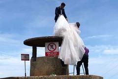 Bất chấp biển cấm, cặp đôi trèo lên di tích ở Đà Nẵng để có ảnh đẹp
