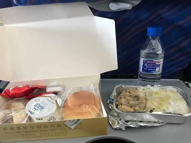 Tiếp viên xin lỗi vì đồ ăn trên máy bay có dòi