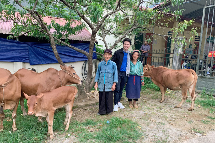 Vũ Mạnh Cường xúc động khi trao quà từ thiện ở Hà Giang