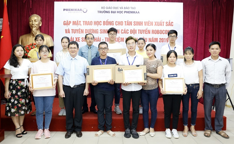 Trường ĐH Phenikaa trao học bổng toàn khóa học cho tân sinh viên trên 24 điểm