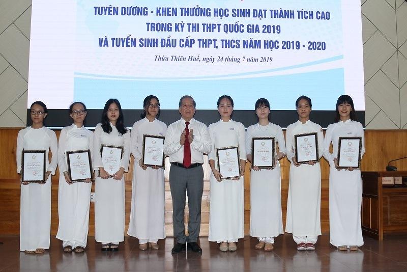 """Nhiều học sinh giỏi bất ngờ trước món quà """"đặc biệt"""" của Chủ tịch tỉnh TT-Huế"""