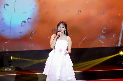 Cô bé Hà Nội 13 tuổi hát Bolero đầy cảm xúc