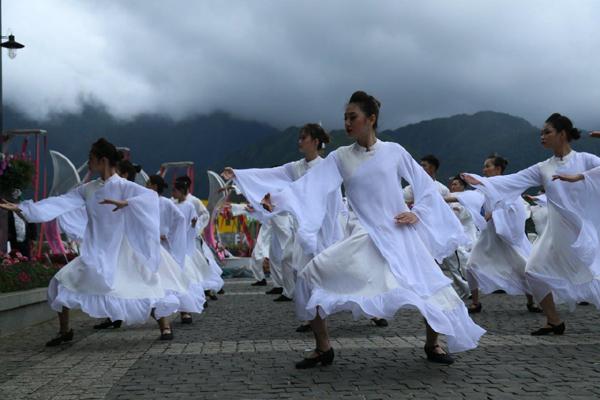 Lên Fansipan xem 'Vũ điệu trên mây', đắm say văn hóa Tây Bắc