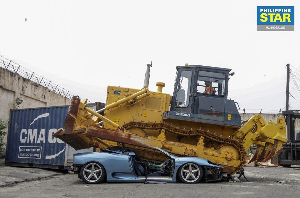 Ferrari 360 Spider nhập lậu bị nghiền nát không thương tiếc