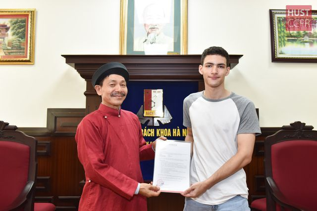 Hanoi university welcomes American student