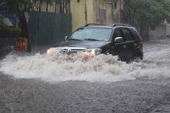 Hà Nội vừa mưa to, khắp ngả đường ngập sâu, cây đổ chắn phố
